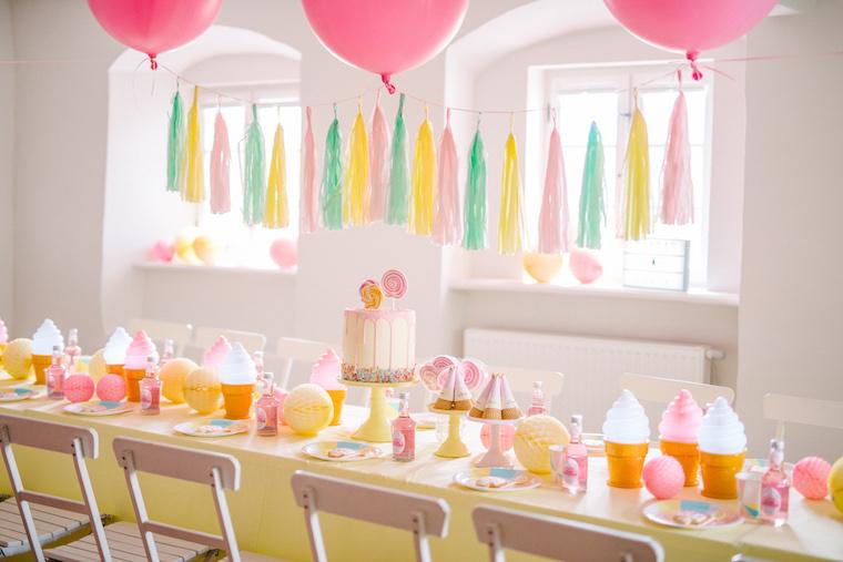 Geburtstagstisch mit Rosa Luftballons