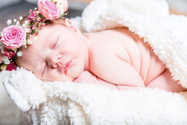 baby-mit-blumenkranz-1