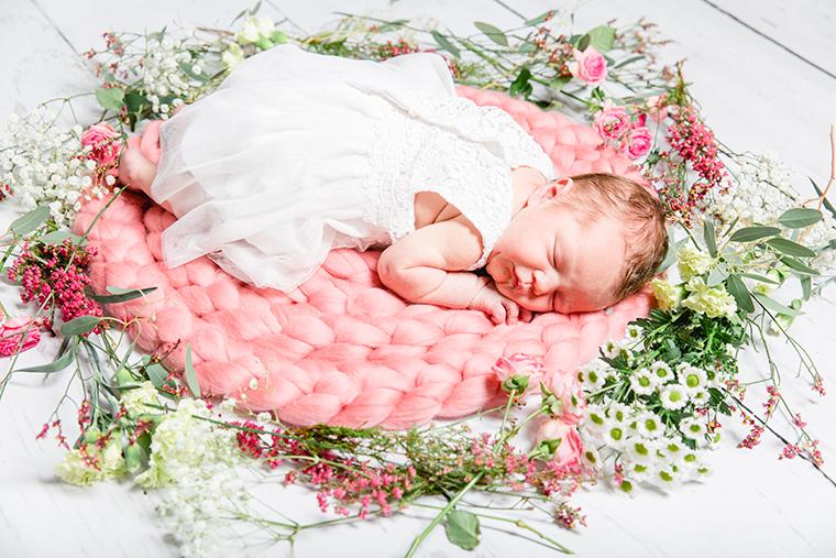 baby-mit-blumenkranz-3