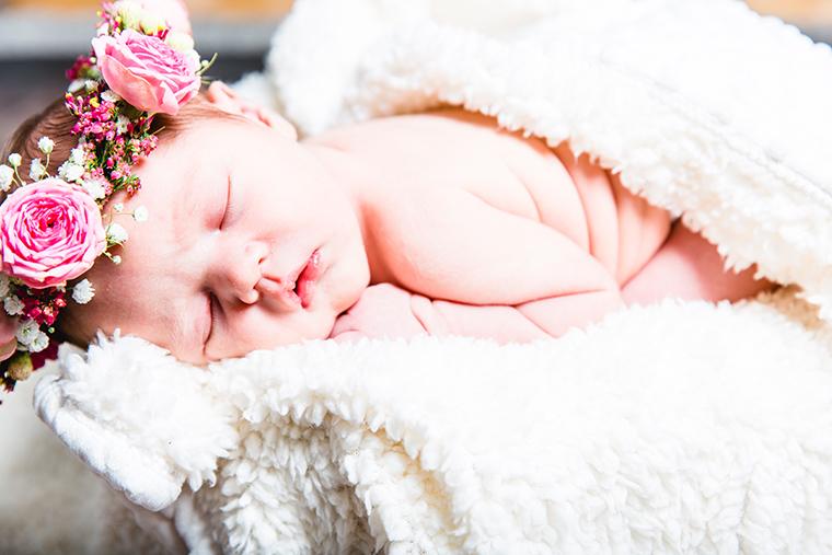 baby-mit-blumenkranz-33