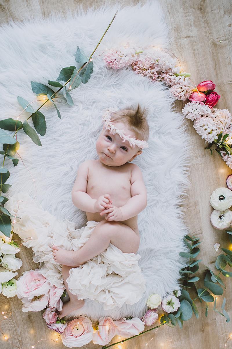 Baby mit Blumenkranz (4)