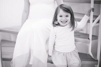 Babybauch Fotos mit der großen Schwester