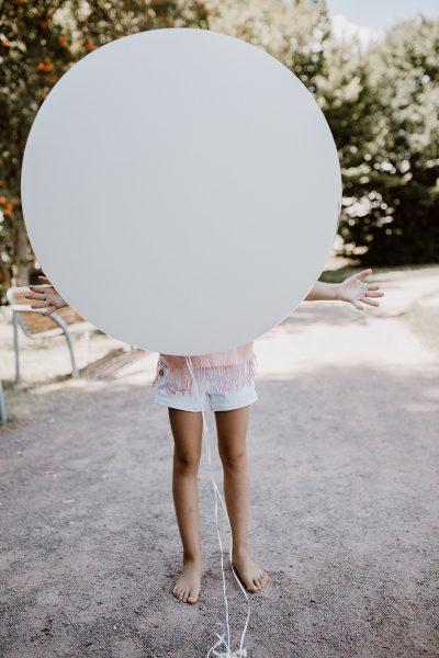Süße Geschwisterbilder mit Luftballons