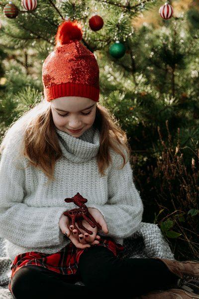 Weihnachten-Geschwister-Fotoshooting-Tannenbaum-9
