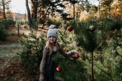 Weihnachten-Geschwister-Fotoshooting-Tannenbaum-Weihnachtsbilder-4