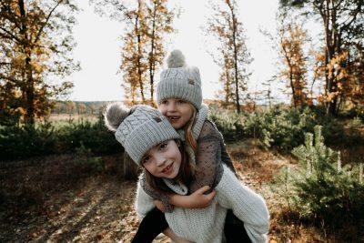Weihnachten-Geschwister-Fotoshooting-Tannenbaum-Weihnachtsbilder-7