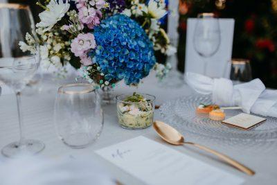 Blaue Tischdeko für die Taufe